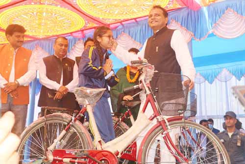 प्रदेश सरकारद्वारा १ हजार ५ सय छात्रालाई साइकल