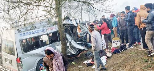 सवारी दुर्घटना पाँच यात्रुको मृत्यु, १४ घाईते